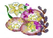 在一张被绣的桌布的手工制造复活节彩蛋 库存图片