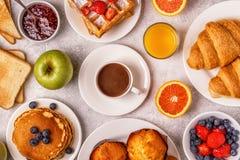 在一张轻的桌上的可口早餐 免版税库存照片