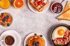 在一张轻的桌上的可口早餐 免版税图库摄影
