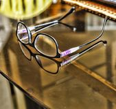 在一张透明书桌上的玻璃在一张书桌上的办公室玻璃在办公室 免版税库存照片