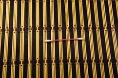 在一张镶边竹席子的棉花棒 免版税库存图片