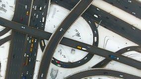 在一张鸟瞰图的一条繁忙的路 股票录像