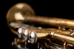 在一张黑暗的木桌上的老喇叭 在老牌的管乐器 免版税库存图片