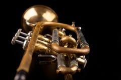 在一张黑暗的木桌上的老喇叭 在老牌的管乐器 库存图片