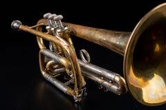 在一张黑暗的木桌上的老喇叭 在老牌的管乐器 免版税图库摄影