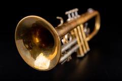在一张黑暗的木桌上的老喇叭 在老牌的管乐器 库存照片
