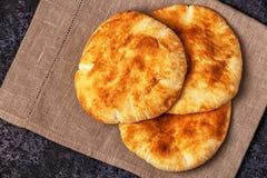 在一张黑暗的桌上的皮塔饼面包 库存照片