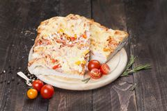 在一张黑暗的桌上的自创比萨 在家煮熟的浓比萨 免版税库存图片