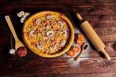 在一张黑木桌上的可口海鲜虾和淡菜比萨 烹调意大利语的食品成分 顶视图 库存照片