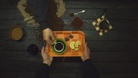 在一张黑木桌上的咖啡 r t 股票录像