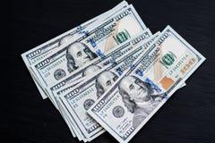 在一张黑木织地不很细桌上的新的美国一百美元票据 在视图之上 金钱和财务的概念 库存图片