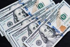 在一张黑木织地不很细桌上的新的美国一百美元票据 在视图之上 金钱和财务的概念 免版税库存照片