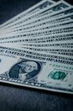 在一张黑桌上的一美元钞票 现金金钱美国人美元 背景几何老装饰品纸张葡萄酒 透镜火光 美国货币查出的四分之一白色 库存图片