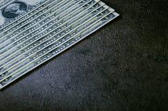在一张黑桌上的一美元钞票 现金金钱美国人美元 背景几何老装饰品纸张葡萄酒 透镜火光 美国货币查出的四分之一白色 免版税库存图片