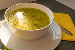 在一张黑桌上的开胃鸡汤汤用面包和荷兰芹 免版税图库摄影
