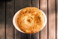 在一张黑桌上的皮塔饼面包,顶视图 免版税库存照片