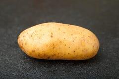 在一张黑桌上的菜土豆 r 免版税库存图片