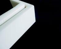 在一张黑地毯的壁角白色沙发设计 免版税库存图片