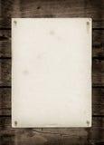 在一张黑暗的木桌上的老织地不很细纸板料 库存图片