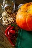 在一张黑暗的桌上的新鲜蔬菜 秋天背景特写镜头上色常春藤叶子橙红 吃健康 南瓜,甜椒,辣椒粉,蕃茄,向日葵 免版税库存图片