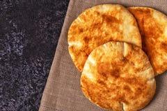 在一张黑暗的桌上的皮塔饼面包 免版税库存图片