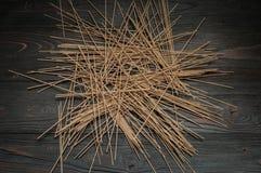 在一张黑暗的桌上的荞麦面条散装 免版税库存图片