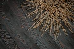 在一张黑暗的桌上的荞麦面条散装 免版税图库摄影