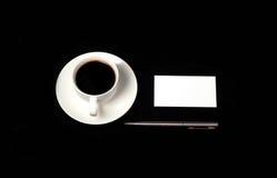 在一张黑桌上的名片 库存照片