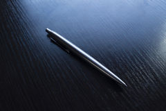 在一张黑桌上的笔 免版税库存图片