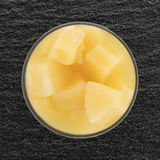 在一张玻璃碗顶视图的菠萝大块 免版税库存图片