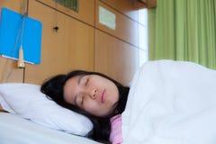 在一张医疗床上的睡着的患者 免版税库存图片