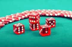 在一张绿色使用的桌上的啤牌赌博的芯片 库存图片