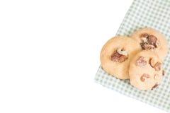 在一张绿色洗碗布的三个自创圆的曲奇饼 图库摄影