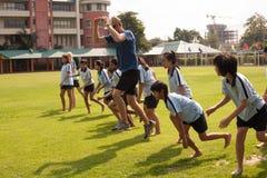 在一所学院在曼谷,在户外运动期间的小学生 免版税图库摄影