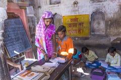 在一所村庄学校教育女主人和学生在Mandawa,印度 免版税库存照片