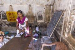 在一所村庄学校教育女主人在Mandawa,印度在Mandawa,印度。 免版税图库摄影