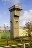 在一所现代监狱的角落的一个高观测塔在Magilligan点的在伦敦德里郡在北爱尔兰 库存照片