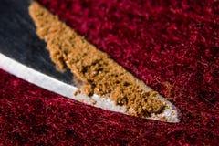 在一把刀子的技巧的小宽松桂香在一个红色羊毛背景宏指令的 图库摄影