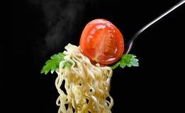在一把叉子的开胃意粉用蕃茄和荷兰芹 免版税图库摄影