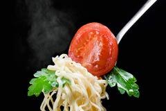 在一把叉子的开胃意粉用蕃茄和荷兰芹 库存图片