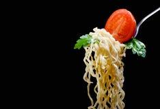 在一把叉子的开胃意粉用蕃茄和荷兰芹 免版税库存照片