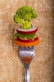 在一把叉子的新鲜蔬菜在背景 库存图片