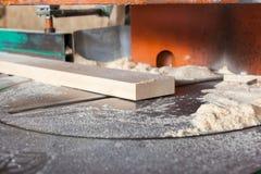在一把圆锯的木板条 库存照片