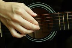 在一把声学吉他的音乐家戏剧 库存图片
