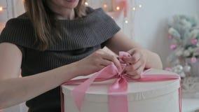 在一把弓的愉快的少妇领带在圣诞节 影视素材