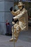 在一把无形的椅子安装的一个人的生存雕象 免版税库存图片