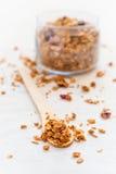 在一把木匙子的健康早餐格兰诺拉麦片在一白色backgrou 库存照片