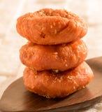 在一把木匙子的印地安甜点Balushahi 免版税库存图片
