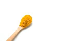 在一把木匙子的姜黄粉末 免版税图库摄影