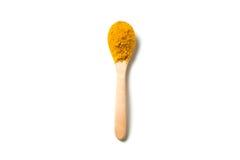在一把木匙子的姜黄粉末 免版税库存照片